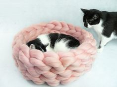 Cat Bed Cat House Cat furniture Cat Cave Chunky Cat Bed by Miauhau Chat Crochet, Pekinese, Puppy Beds, Dog Beds, Cat Cave, Dog Furniture, Sheep Farm, Knitted Blankets, Knitting Patterns