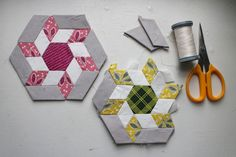 English Paper Piecing - Pattern - Hexagon Starbursts - Using 1 Hexagons and 1 6 Point Diamonds Quilting Tutorials, Quilting Projects, Quilting Designs, Hexagon Pattern, Hexagon Quilt, English Paper Piecing, Paper Piecing Patterns, Quilt Patterns, Nine Patch