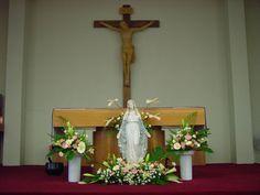 확대이미지 Modern Floral Arrangements, Church Flower Arrangements, Church Flowers, Blessed Mother, Altar, Home Decor, Catholic Advent Wreath, Virgen De Guadalupe, Crowns