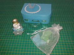Mini maleta com sabonetes e aromatizador.