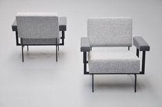 Le canapé « MM07 » conçu par Cees Braakman et fabriqué par Pastoe des pays-bas en 1958. Photo : massmoderndesign