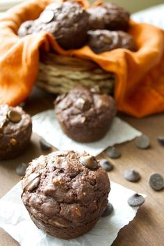 Pinner says - Double Chocolate Chunk Protein Muffins.very easy! You would never guess they are gluten free! High Protein Snacks, High Protein Recipes, Protein Foods, Healthy Snacks, Healthy Breakfasts, Protein Bars, Healthy Sweets, Eating Healthy, Clean Eating