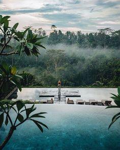 Dream setting... Infinity pool, between sky and water by @taramichellebrose in Jannata Resort