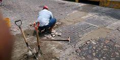 Continúan los trabajos de bacheo de calles y apoyo a planteles educativos