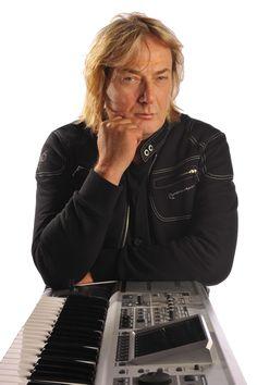 Geoff Downes, one of the best keyboard player in the rock history ( BUGGLES, ASIA, YES) with his Chronowear biker blouson Daytona http://retropulse.files.wordpress.com/2012/07/98-2012downes01.jpg