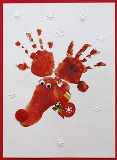 #Kerstkaarten maken met je kinderen is zo ontzetten leuk. Je kan er voor de familie en vrienden een hele leuke persoonlijke #kerstkaart van maken door met verf een handafdruk te maken en deze hand als basis te gebruiken voor de kerstkaart. #kerst