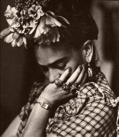 beautiful portrait photography of the artist revealing her more thoughtful serious nature Frida Kahlo Diego Rivera, Frida E Diego, Frida Art, Black White Photos, Black And White, Selma Hayek, Portraits, Friedrich Nietzsche, Belle Photo