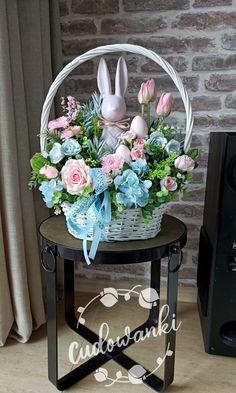 Basket Flower Arrangements, Floral Arrangements, Easter Flowers, Spring Decorations, Table Decorations, Easter Baskets, Floral Wreath, Arts And Crafts, Wreaths