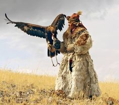 Eagle hunting has been practiced in Central Asia for thousands of years. Like traditional pratices elsewhere in the world, hunting with eagles is on the verge of extinction, but Kazakh culture, in Mongolia the tradition is alive and well. Mongolia, Eagle Hunting, Costume Ethnique, Animals And Pets, Cute Animals, Tribal People, Golden Eagle, People Of The World, Birds Of Prey