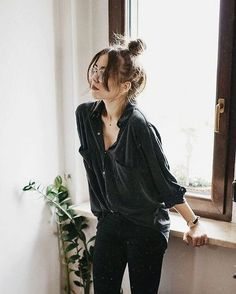 A loose black silk blouse ups the ante on casual day or casual office attire with black leggings or skinny denim, and low heel ankle strap pumps with a top knot. Messy is out when it comes to an updo, just add well-trimmed bangs to it, and look sleek yet Chic Summer Outfits, Style Outfits, Mode Outfits, Fashion Outfits, Style Summer, Summer Styles, Fashion Clothes, Men Summer, Woman Outfits