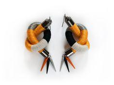 Orecchini dichiarazione, fibra filo avvolti orecchini, cavo orecchini, orecchini tribali colorati, orecchini Spike Funky, giallo, grigio, nero, avorio