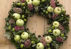 Bind efterårets smukkeste æblekrans - Birthe Pauk Pedersen - Welcome to the World of Decor! Diy Christmas Ornaments, Christmas Wreaths, Christmas Decorations, Wreaths And Garlands, Door Wreaths, Diy Flowers, Flower Decorations, Floral Chandelier, Wreath Forms