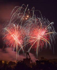 #Feuerwerk in Oberhausen Sterkrade am 11.06.2012 mit Fördertum im Vordergrund.