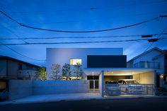 比叡山を一望できる無柱空間の家・間取り(京都府宇治市) | 注文住宅なら建築設計事務所 フリーダムアーキテクツデザイン Minimalist House Design, Minimalist Home, Garage House, My House, Muji Style, Front Gates, Japanese House, House Rooms, Bungalow