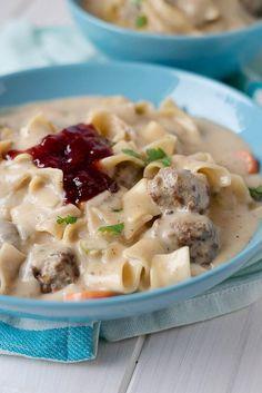 Köttbullar Suppe mit Preiselbeeren und Nudeln
