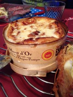Le mont d'or est pour moi LE meilleur fromage sur terre alors par extension le mont d'or au four est le meilleur plat !! Pour 2 personnes : - 1 petit mont d'or - 50 mL de vin blanc - 1 gousse d'ail Préchauffer le four à 220°. A l'aide d'une cuillère,...