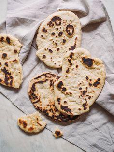Nemme og enormt lækre Naanbrød! Det smager SÅ lukus at bage sine egne naan, og heldigvis tager det ingen tid! Få opskriften her Curries, Naan, Healthy Recipes, Healthy Food, Sweets, Snacks, Desserts, Cakes, Curry