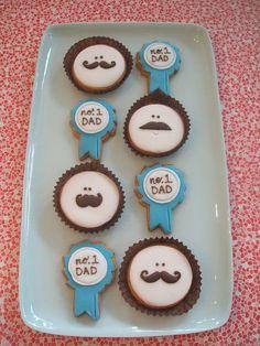 Para un tipo de regalo muy especial y personal, ¡haz unos cupcakes para regalar a tu padre! Todos piensan con sus estomagos entonces cupcakes son perfectos.