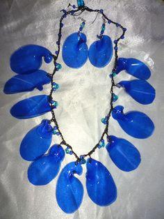 Collar y aretes tejidos  con pétalos azules de una botella de plástico azul (PET)