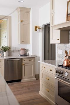 Beige Kitchen Cabinets, Traditional Kitchen Cabinets, Kitchen Cabinet Remodel, Kitchen Cabinet Styles, Traditional Modern Kitchens, Home Decor Kitchen, Kitchen Interior, Kitchen Ideas, Classic Kitchen