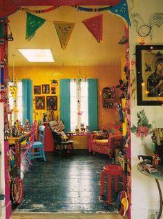 gelbe Wand bunte Möbel | Die perfekte Mexikanische Dekoration