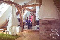 Přípravy... Nevěsta by si měla svoje svatební přípravy užít... K tomu patří i příjemné a krásné prostředí, jako ho měla Verča na své svatbě. #svatba #wedding #svatebnifoto #weddingphoto #svatebnifotograf #weddingphotographer #nevesta #saty #weddingdress #svatebnisaty #pripravy #svatebnipripravy #kadernice #podkrovi #krasneprostredi #novyrybnik #novyrybnikuoboriste #mamsvojipracirad #fotiltomilan