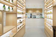 beauty library, em tóquio   projeto: nendo   a loja de cosméticos orgânicos conta com um café