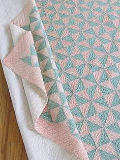 Vintage-30s-FARMHOUSE-Cottage-Feedsack-Broken-Dishes-QUILT-Pastel-Peach-Green