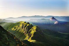 Auvergne sauvage : Au sud de l'Auvergne, s'élance la massif cantalien, né il y a environ 13 millions d'années, dominé par le Puy Mary, le Plomb du Cantal ou le Puy Griou. Sur la ligne de crête entre le Puy Mary et le Peyre-Arse, s'ouvre une spectaculaire brèche, la brèche de Roland. ©  CRDT Auvergne-tourisme.info - David Frobert