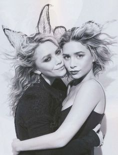 Mary-Kate & Ashley Olsen with lace ears Mary Kate Ashley, Mary Kate Olsen, Elizabeth Olsen, Michael Phelps, Michael Jordan, Michael Kors, Ashley Olsen, Olsen Twins Style, Olsen Sister
