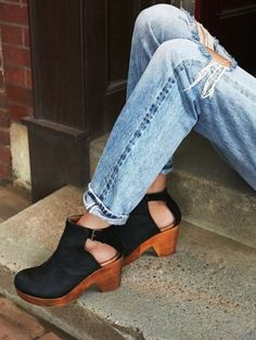It is time to ditch your winter boots and put on some cute summer shoes. This year trending styles are shoes with bows and ruffles, ankle ties and open back heels. Look for shoes that are easy to s...