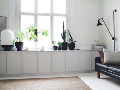 Maiju Saw -blogin Maiju rakensi olohuoneeseen uuden kaapiston. Kätevä säilytysratkaisu koristeltiin listoituksilla ja maalattiin tyylikkään harmaaksi. Näin maalaat kaapin oviin trendikkään harmaan sävyn Maijun tapaan.