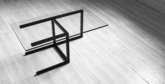 Le designer italien Enrico Salis qui vit et travaille à Rio de Janeiro est à l'origine du studio de design qui porte son nom en collaboration avec Claudio Carneiro et Patrick Rao.  Je vous présente « Archetype » une table basse qui reprend les codes d'une chaise minimaliste couchée sur le flanc. Un objet réussi qui joue avec les codes et les fonctions d'un objet.