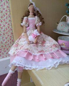 """𝑨𝒓𝒕𝒆𝒔 𝒄𝒐𝒎 𝑪𝒂𝒓𝒊𝒏𝒉𝒐, 𝒃𝒚 𝑾𝒂𝒏𝒊𝒂 no Instagram: """"🌸 Bom dia!!! 🌸 Ótima sexta-feira a todas nós!!! Abençoada e produtiva. . . Que tal uma mocinha romântica para decorar o seu lar??? Faço sob…"""" Doll House Crafts, Doll Crafts, Diy Doll, Baby Girl Toys, Toys For Girls, Baby Dolls, Art Doll Tutorial, Sewing Dolls, Pretty Dolls"""