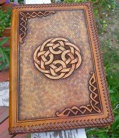 Celtic Knot Leather Notepad with a Laced Edge....looks very like the Tandy kit that was on sale in March! Leather Book Covers, Leather Books, Leather And Lace, Leather Art, Leather Tooling, Leather Design, Tandy Leather, Leather Notepad, Leather Journal
