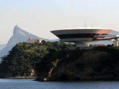 No Museu de Arte Contemporânea, em Niterói (RJ), Niemeyer aproveitou a localização, na beira do mar, para embelezar a construção (Foto: Alexandre Durão/G1)