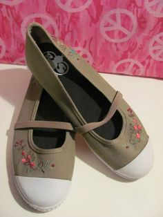 B BRAND    WOMENS OLIVE CANVAS    BALLET STYLE SHOES    MINT CONDITION FOR    PREOWNED    SIZE 8M    MARY JANE ELASTIC STRAP    EMBROIDERED AND BEADED FLOWERS    RUBBER TOE PROTECTOR    SUPER CUTE    VERY COMFY    VERY STYLISH    AWESOME SHOES    WONDERFUL ADDITION    TO YOUR WARDROBE