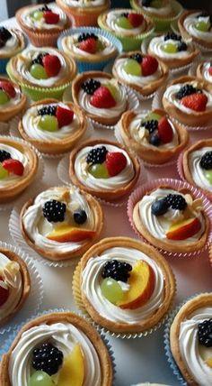 ΓΙΑ ΤΗΝ ΚΡΕΜΑ 1 λίτρο γάλα 3 αυγά 1 βανίλια 120 γραμμάτια κορν φλαουρ 200 γραμμάρια ζάχαρη Ανακατεύετε όλα τα υλικά μαζί σε μια κατσ... Greek Sweets, Greek Desserts, Party Desserts, Mini Desserts, Greek Recipes, Delicious Desserts, Dessert Recipes, Shot Glass Desserts, Food Network Recipes