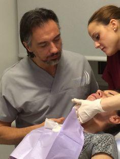 Il dottor Pascali mentre visita una paziente assieme ad una sua collaboratrice