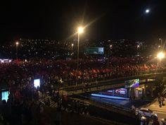Darbe girişimini kınamak için binlerce kişi Boğaziçi Köprüsü'nde toplandı. Hep bir ağızdan 'darbeye hayır' sloganları atıldı.