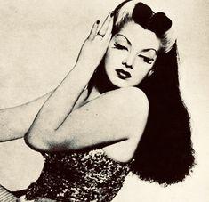 Burlesque dancer Zorita, 1942 with Bride of Frankenstein highlights Manado, Vintage Love, Vintage Beauty, Vintage Fashion, Vintage Makeup, Bride Of Frankenstein Hair, Rockabilly, Burlesque Vintage, Darkness Girl