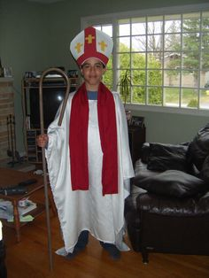 The perfect Bishop costume simply created. Notice the long tunic layered over a base of black pants. Pope Costume, Shrek Costume, Frozen Costume, Themed Halloween Costumes, Cool Costumes, Adult Costumes, Costume Ideas, Shrek Wedding, Lion King Jr