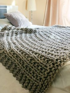Easy squishy knit throw blanket pattern - great for any beginner knitters this will introduce you to the broken rib stitch. Easy Blanket Knitting Patterns, Knitted Afghans, Easy Knitting, Knitted Blankets, Extreme Knitting, Beginner Knitting, Blanket Patterns, Throw Blankets, Baby Blankets