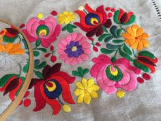 Flores Flower Embroidery Designs, Embroidery Art, Embroidery Stitches, Bordado Floral, Hungarian Embroidery, Retro Flowers, Paper Quilling, Fabric Art, Needlework