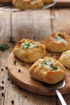 placintele cu carne tocata detaliu Continental Breakfast, Good Food, Yummy Food, Romanian Food, Pastry And Bakery, Quiche, Baked Goods, Cookie Recipes, Food And Drink