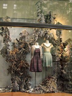 Love the colors in this Anthropologie window display. Visual Merchandising Displays, Visual Display, Display Design, Store Design, Ad Design, Anthropologie Display, Store Window Displays, Display Windows, Shop Windows