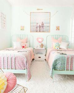 Je vous présente aujourd'hui 10 idées de chambres pastels pour petite fille.Je trouve que les couleurs pastels amènent beaucoup de douceur aux pièces.