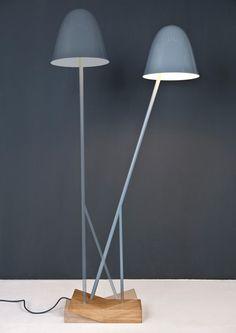 Pilu Lamp by Leoni Werle. Leoni Werle di Köln ha realizzato Pilu, una lampada che si accende o si spegna passando da una posizione all'altra, come un'altalena. Il telaio della lampada è in acciaio, la base/interruttore è in legno di rovere. Via aydinlatmadekor.com