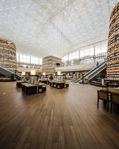 Dél-Koreában található Ázsia legnagyobb földalatti bevásárlóközpontja a Starfield COEX Mall.  Ez a gigantikus építmény ad otthont a Starfield könyvtárnak, melynek burkolásához a Marca Corona Prestige csempéket választották.  A burkolat egyediségét a minőség, kiváló műszaki jellemzők a fa harmonikus, természetes látványa adja. Library Pictures, Glass Roof, Wonders Of The World, Seoul, Design Projects, Architecture Design, Asia, Street View, Exterior