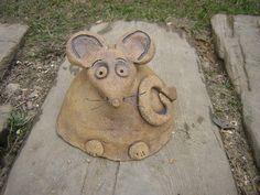 Myšák Figurka z kameniny,mrazuvzdorná.Vousy jsou z drátku.Doba dodání max.4týdny od objednání.Výška 11-13cm,dolní průměr 14-15cm.